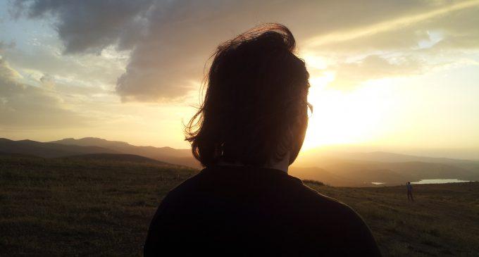 Gururla Bakıyorum Dünyaya – Ahmet Kaya